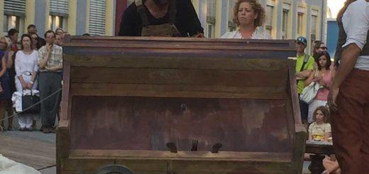 Arbeiter schiebt Klavier